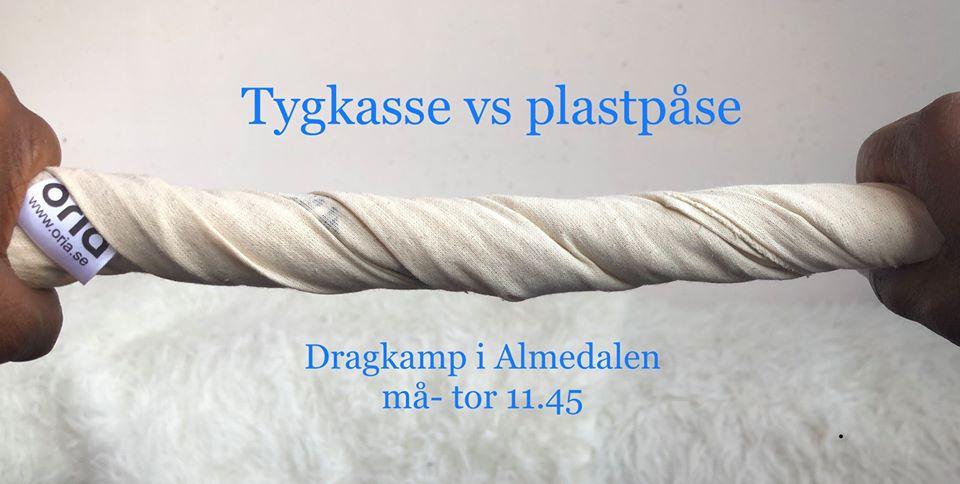 Dragkamp med tygkassar i Almedalen